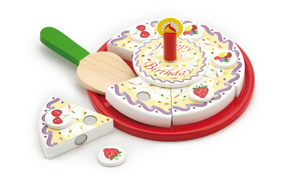 Drevená narodeninová torta krájanie