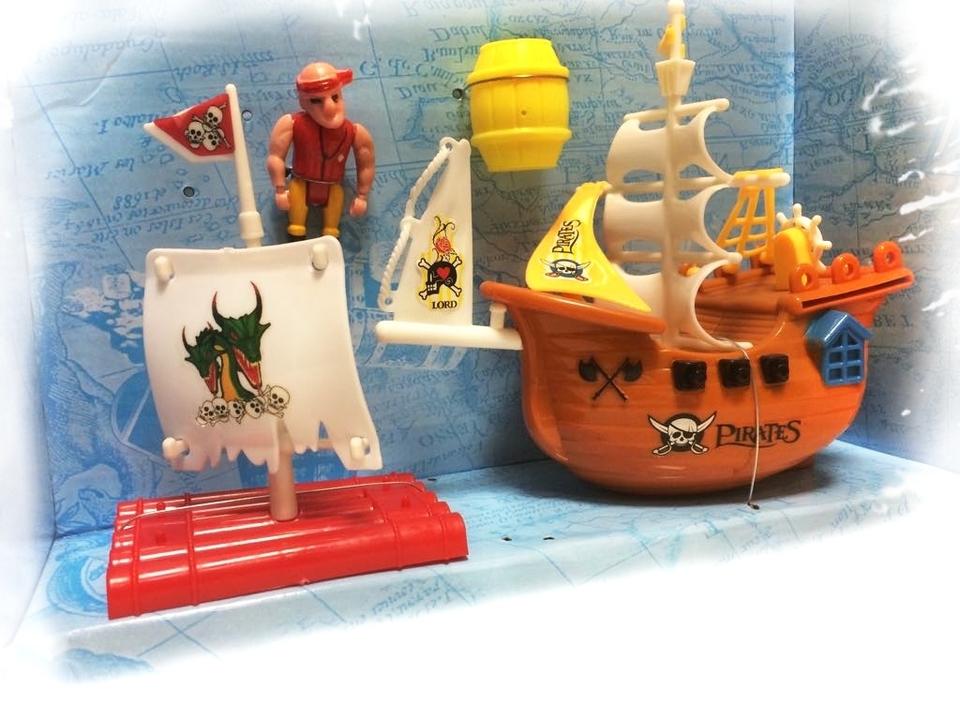 Loď pirátska s doplnkami 28cm